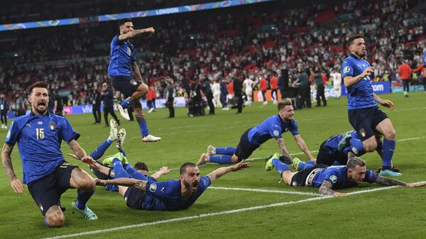 Игроки сборной Италии празднуют окончание финального матча Евро-2020  - Sputnik Italia