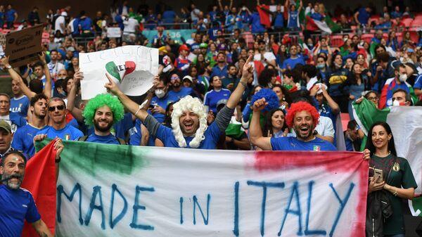 Итальянские болельщики приветствуют финальный матч Евро-202 - Sputnik Italia