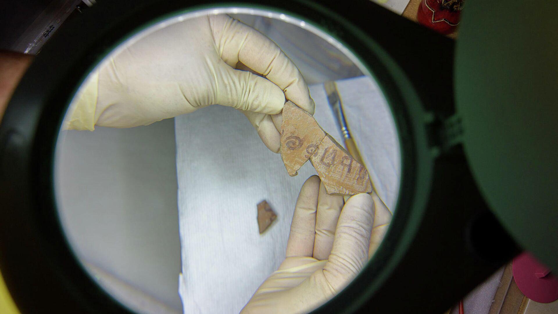 Scritta risalente a 3100 anni fa ritrovata in un frammento di vaso di terracotta - Sputnik Italia, 1920, 13.07.2021