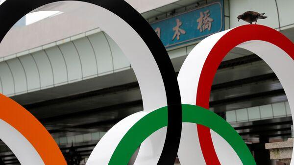 Голубь на Олимпийских кольцах в Токио  - Sputnik Italia