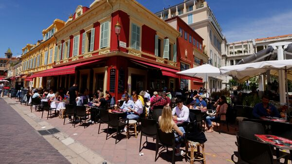 Клиенты наслаждаются обедом на террасе ресторана в Ницце - Sputnik Italia