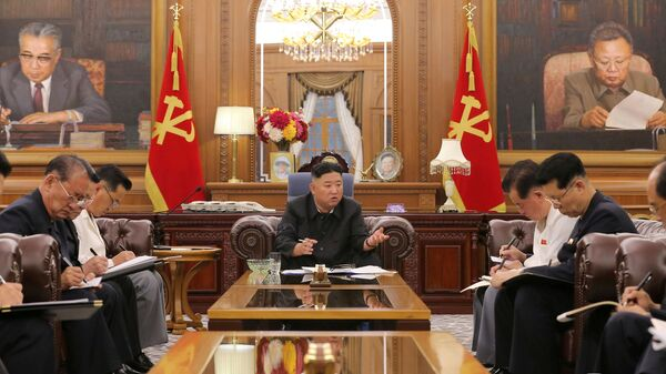 Лидер Северной Кореи Ким Чен Ын на встрече с высокопоставленными должностными лицами - Sputnik Italia