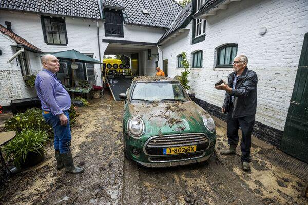 Nei Paesi Bassi, alcune persone sono state salvate da un mulino storico che è stato parzialmente sommerso da circa un metro e mezzo d'acqua. - Sputnik Italia