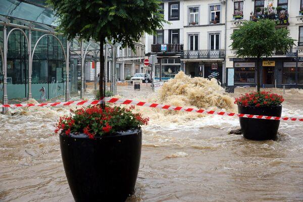 """A causa delle forti piogge, il governatore ad interim della provincia di Namur, Marie Muselle, ha deciso ieri di attivare la """"fase di crisi provinciale"""", che consiste nell'assicurare il coordinamento strategico dei servizi di emergenza e delle autorità locali. - Sputnik Italia"""