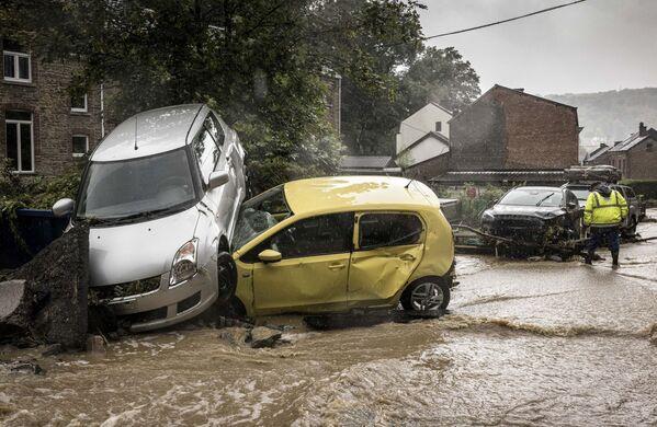 Un gran numero di fiumi della Vallonia, in Belgio, sono straripati, provocando inondazioni in particolare nella località termale di Spa e l'evacuazione di centinaia di abitanti.  - Sputnik Italia