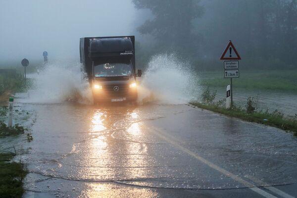 I rapporti preliminari affermano che le forti piogge hanno causato l'esondazione degli argini dei fiumi locali, allagando l'area e provocando l'incidente. - Sputnik Italia