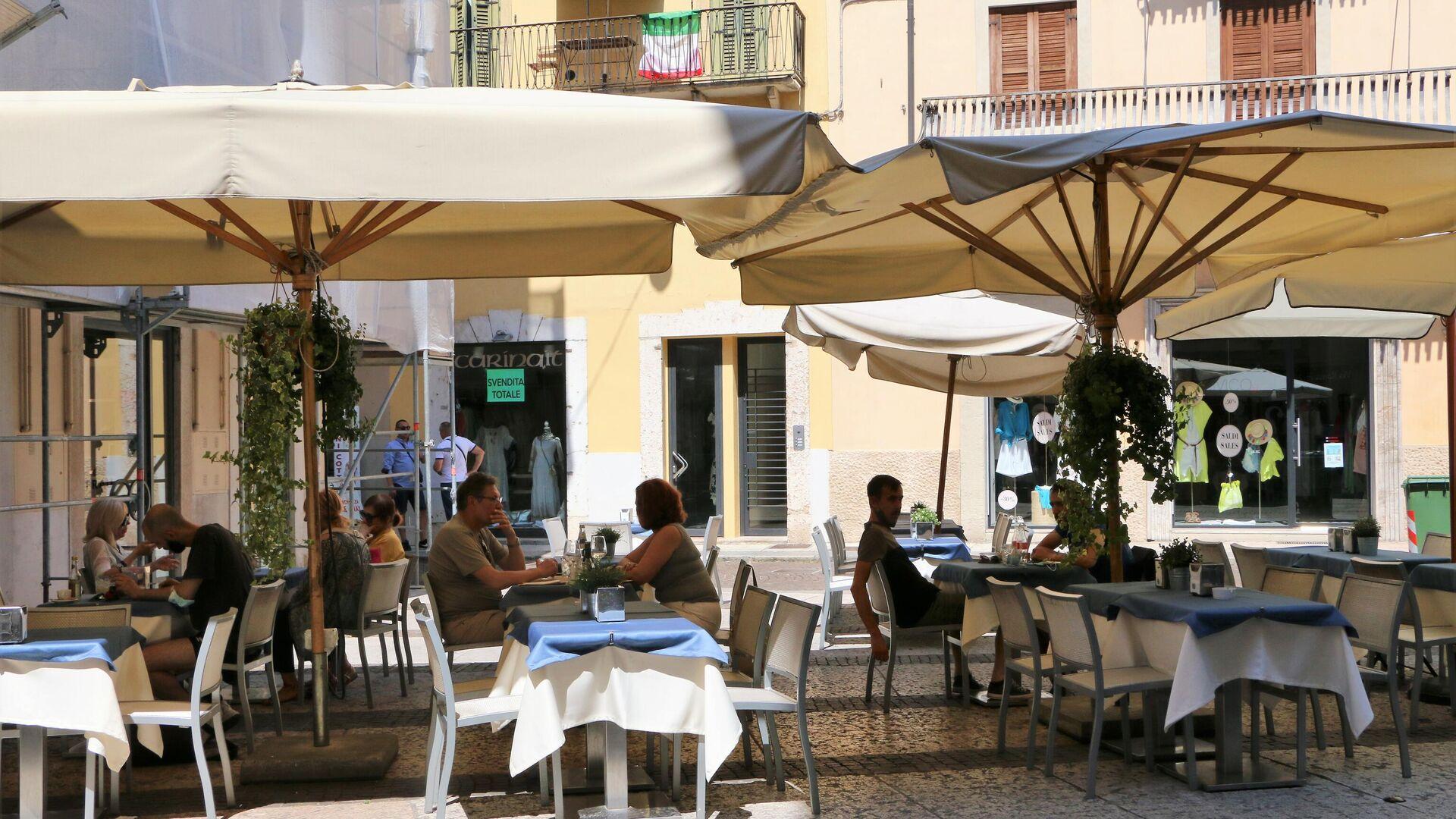 La gente mangia in un ristorante - Sputnik Italia, 1920, 19.07.2021