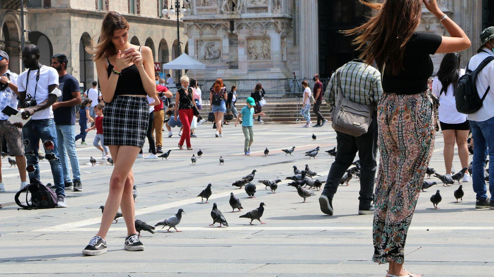 Le persone passano il tempo su una piazza di Milano - Sputnik Italia, 1920, 18.07.2021