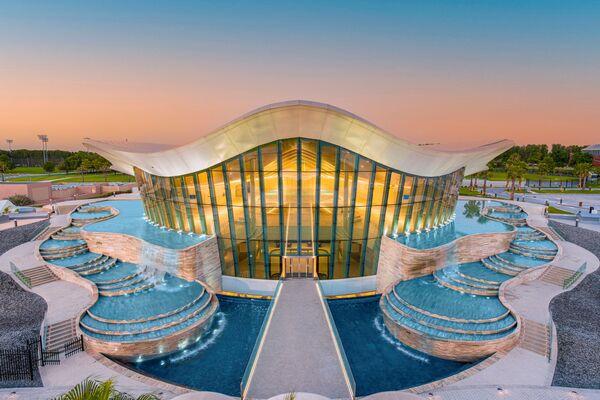 L'edificio del Deep Dive Dubai è stato costruito a forma di una conchiglia in ricordo dei cercatori di perle che abitavano nella regione in passato.  - Sputnik Italia