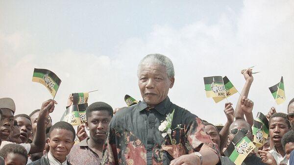 Президент Африканского национального конгресса Нельсон Мандела играет с мячом в Школе сельскохозяйственной подготовки Boskop в Южной Африке, 1994 год - Sputnik Italia