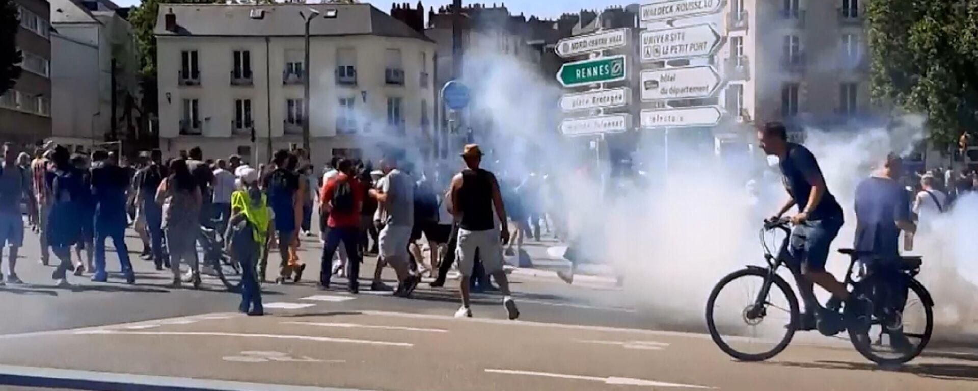 Francia: polizia usa gas lacrimogeni per disperdere la manifestazione contro obbligo vaccinale - Sputnik Italia, 1920, 18.07.2021