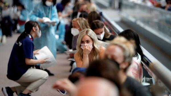 Члены сборной США по гимнастике во время ожидания тестирования на коронавирус в аэропорту Нарита  - Sputnik Italia