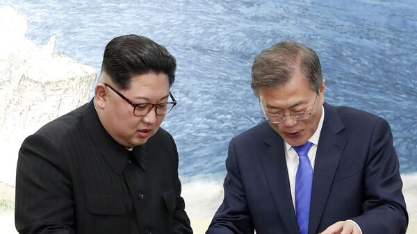 Президент Южной Кореи Мун Чжэ Ин и лидер КНДР Ким Чен Ын с тортом в приграничной деревне Пханмунджом, 2018 год  - Sputnik Italia