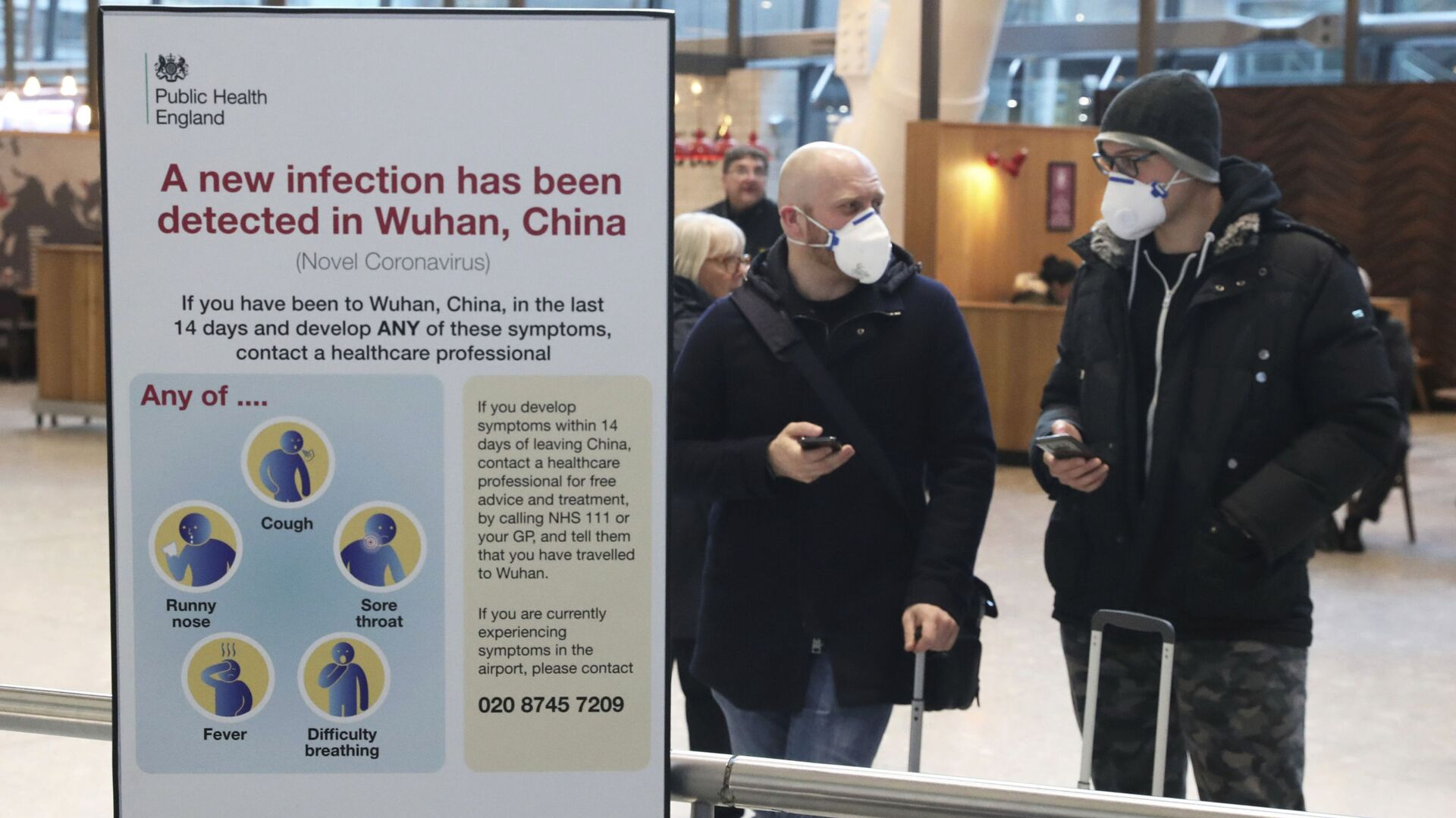 Turisti con mascherine all'aeroporto Heathrow di Londra - Sputnik Italia, 1920, 23.07.2021