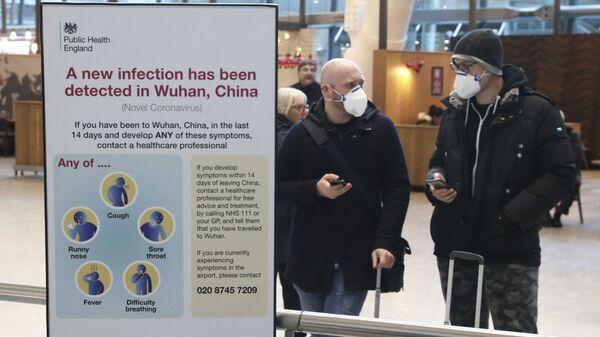 Пассажиры в защитных масках в аэропорт Хитроу в Лондоне - Sputnik Italia