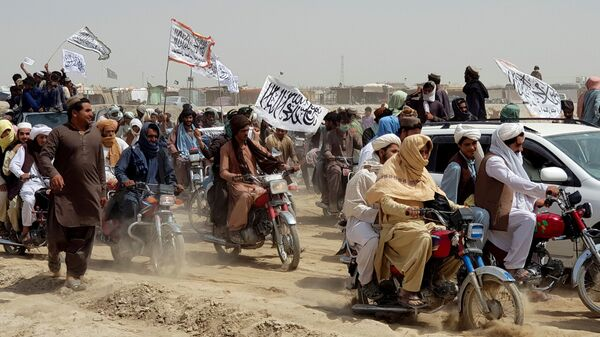 Люди с флагами талибов на границе Пакистана и Афганистана - Sputnik Italia