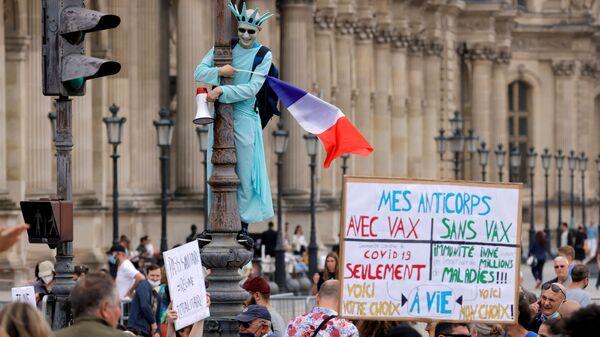 Демонстрант в костюме статуи Свободы принимает участие в акции протеста против объявленных президентом Франции Эммануэлем Макроном новых мер по борьбе со вспышкой коронавируса в Париже, Франция - Sputnik Italia