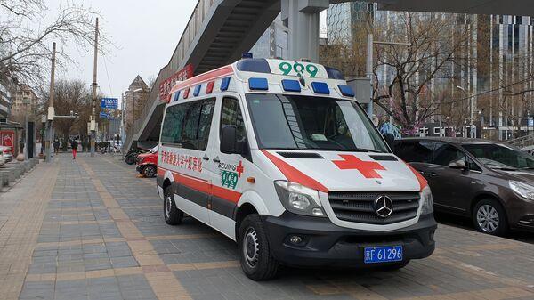 Автомобиль медицинской помощи на улице Пекина - Sputnik Italia