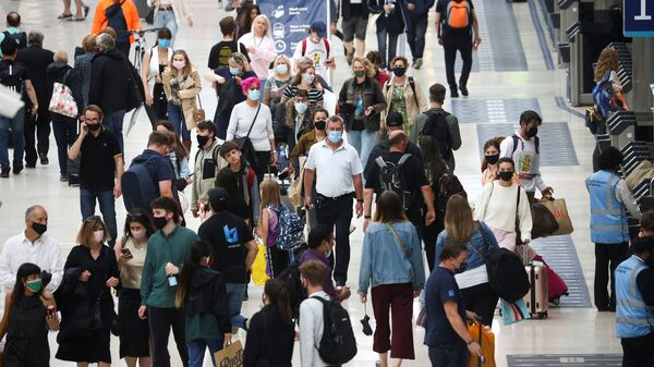 Люди на станции Waterloo в Лондоне  - Sputnik Italia