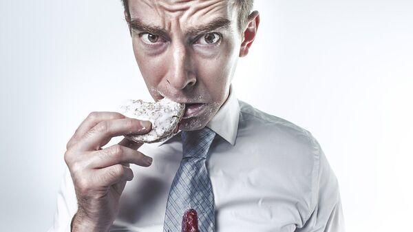 Un hombre comiendo - Sputnik Italia