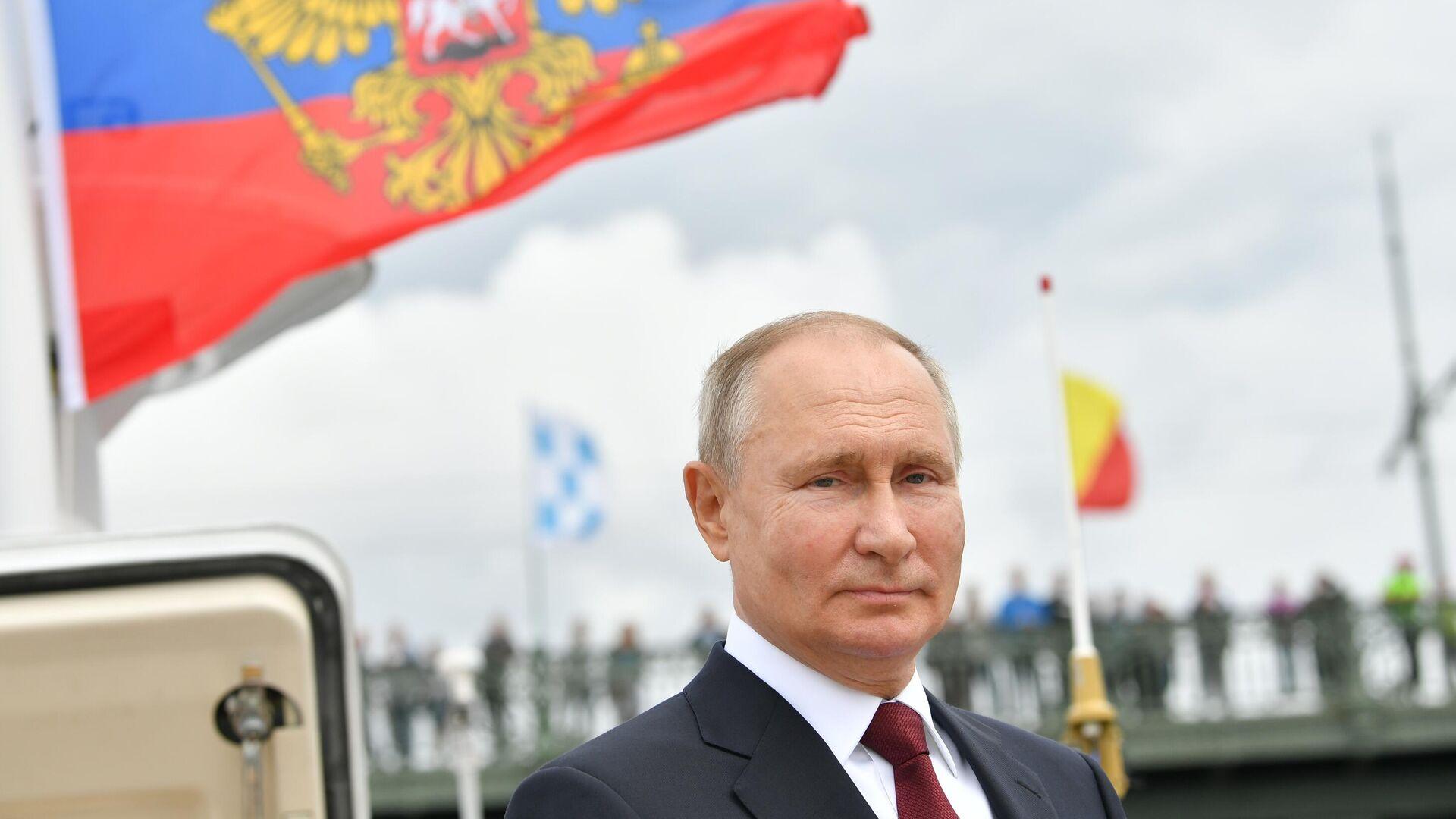Vladimir Putin alla parata navale dedicata alla giornata della flotta russa - Sputnik Italia, 1920, 09.08.2021