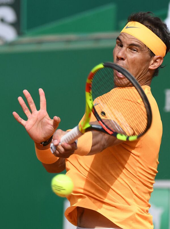 Rafael Nadal ribatte la palla durante il torneo Atp di MonteCarlo Masters Series, il 18 aprile 2018 a Monaco. - Sputnik Italia