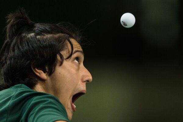 Il brasiliano Massao Kohatsu guarda la palla durante il torneo internazionale di tennis da tavolo al centro congressi Riocentro di Rio de Janeiro, Brasile, il 18 novembre 2015. - Sputnik Italia