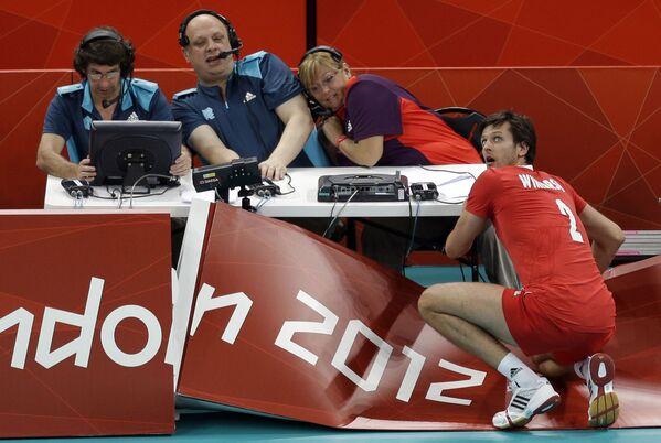 Il polacco Michal Winiarski guarda indietro dopo essersi schiantato contro la parete durante una partita preliminare di pallavolo maschile alle Olimpiadi estive 2012 a Londra. - Sputnik Italia