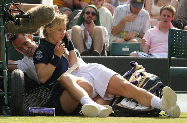 Il francese Michael Llodra si scontra con una ragazza durante la partita contro il tedesco Tommy Haas nel secondo turno dei campionati di tennis di Wimbledon 2009. - Sputnik Italia