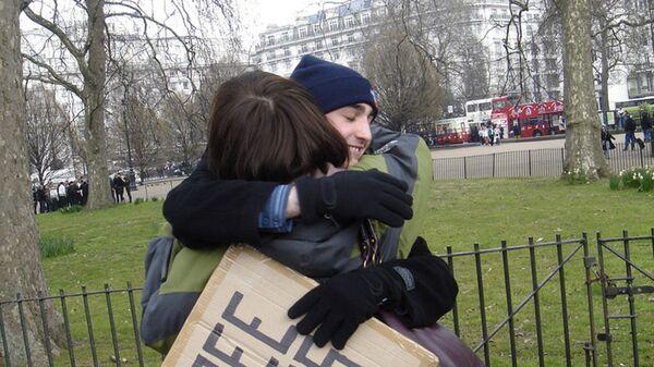 Участники движения Free Hugs в Гайд-парке, Лондон - Sputnik Italia