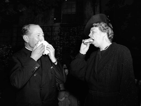 La signora Eleanor Roosevelt mangia un hamburger durante la visita della First Lady alla National Girl Scout Little House a Washington il 28 ottobre 1941,  - Sputnik Italia