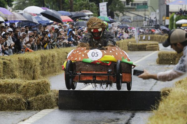 Un partecipante alla Red Bull Soapbox Race va in un veicolo a forma di un hamburger a San Paolo, Brasile, 14 aprile 2019. - Sputnik Italia