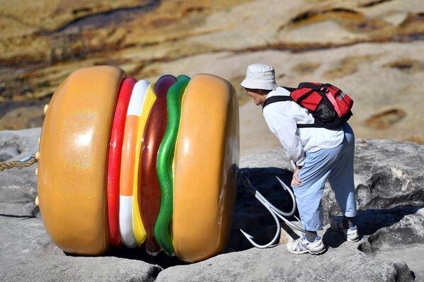 """Una scultura a forma di hamburger dell'artista James Dive presentata alla mostra """"Sculpture by the Sea"""" vicino alla spiaggia di Bondi a Sydney il 19 ottobre 2017.  - Sputnik Italia"""