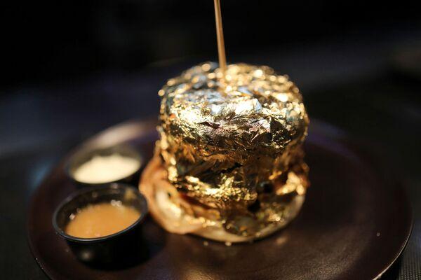 Un hamburger ricoperto di lamina d'oro all'interno del ristorante Toro McCoy, a Bogotà, Colombia, 18 dicembre 2020.  - Sputnik Italia
