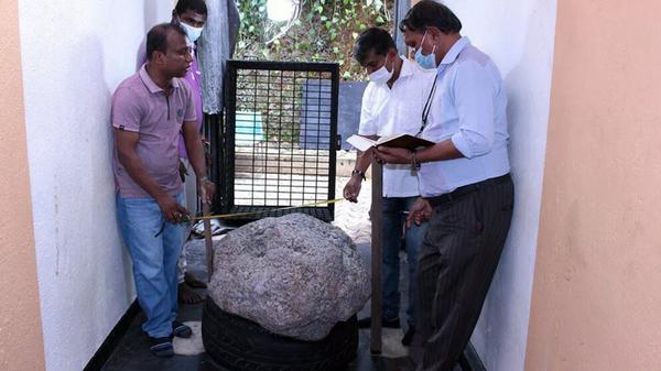 Фрагмент породы с крупнейшим в мире скоплением звездчатых сапфиров на Шри-Ланке  - Sputnik Italia