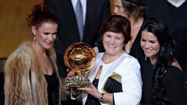 Dolores Aveiro (C) and Katia (R), mother and sister of Real Madrid's Portuguese forward Cristiano Ronaldo, poses with her son's Ballon d'Or award at the FIFA Ballon d'Or award ceremony at the Kongresshaus in Zurich on January 13, 2014. - Sputnik Italia
