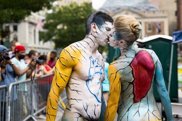 Una coppia partecipa alla celebrazione del Bodypainting Day a New York, 25 luglio 2021.  - Sputnik Italia