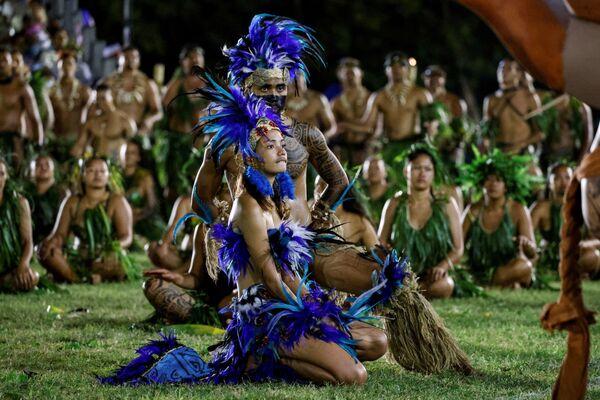 Gli artisti prendono parte a uno spettacolo culturale per la visita del presidente francese Emmanuel Macron in uno stadio durante la sua visita ad Atuona su Hiva Oa, la seconda isola più grande delle Isole Marchesi, nella Polinesia francese, 25 luglio 2021. - Sputnik Italia
