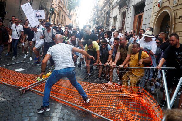 Le persone scendono in piazza a Roma contro l'utilizzo del Green Pass. Dal 5 agosto il Green Pass sarà necessario per consumare nei locali al chiuso: bar e ristoranti. - Sputnik Italia