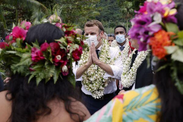 Il presidente Emmanuel Macron è stato accolto con dei fiori durante il suo viaggio nella Polinesia francese. - Sputnik Italia