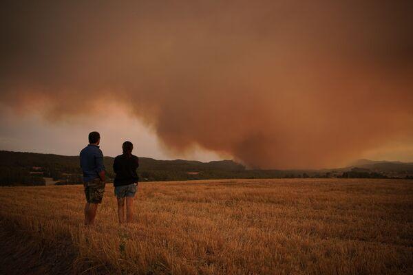I residenti guardano un incendio vicino a Tarragona in Spagna, 25 luglio 2021. - Sputnik Italia