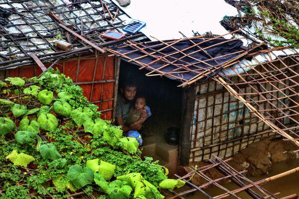 Il maltempo ha colpito duramente i campi profughi Rohingya in Bangladesh, distruggendo abitazioni e costringendo migliaia di persone a vivere con le proprie famiglie in rifugi comuni. - Sputnik Italia