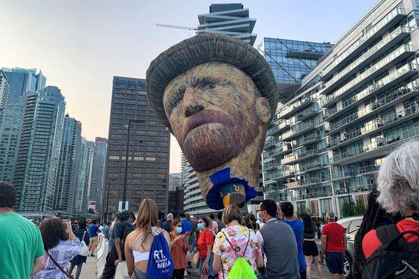 Un pallone assomiglia all'artista post-impressionista olandese Vincent Van Gogh e si erge sopra il lungomare, come parte di una promozione per l'Immersive Van Gogh Exhibit a Toronto, Ontario, Canada, 28 luglio 2021. - Sputnik Italia