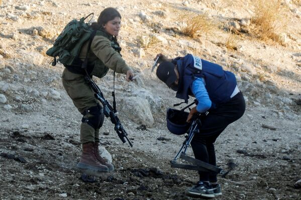 Un soldato israeliano spruzza spray contro un giornalista durante una protesta contro gli insediamenti israeliani, Cisgiordania, 27 luglio 2021. - Sputnik Italia