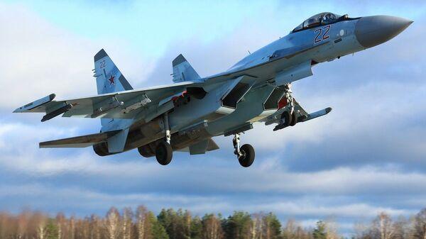 Отработка ведения высокоманевренного воздушного боя экипажами новейших истребителей Су-35С ЗВО - Sputnik Italia