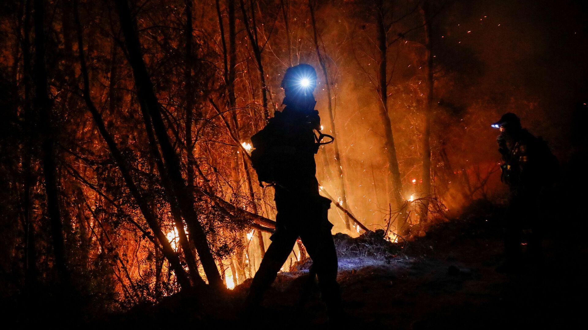 Vigili del fuoco combattono contro gli incendi in Grecia - Sputnik Italia, 1920, 16.08.2021
