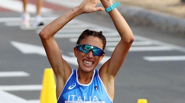 Антонелла Пальмизано из Италии пересекает финишную черту на Олимпийских играх в Токио-2020 - Sputnik Italia