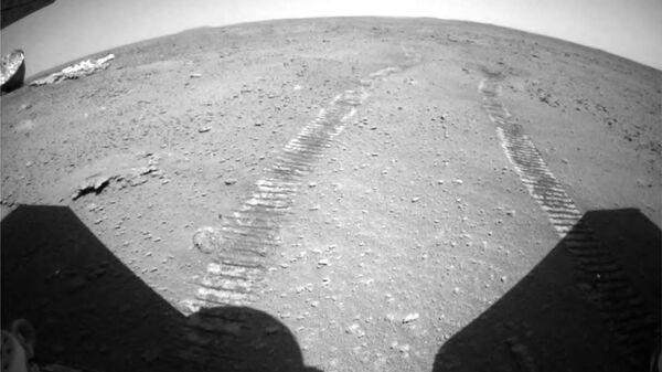 Марсианский пейзаж, сделанный китайским марсоходом Zhurong и опубликованный 15 июля агентством CNSA - Sputnik Italia