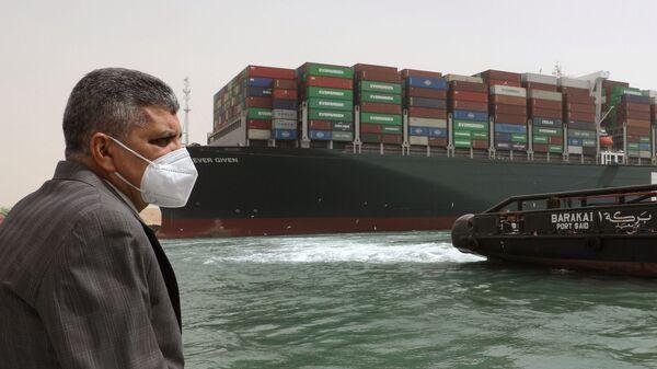 Глава администрации Суэцкого канала генерал-лейтенант Усама Рабиа во время работ по разблокированию движения судов - Sputnik Italia