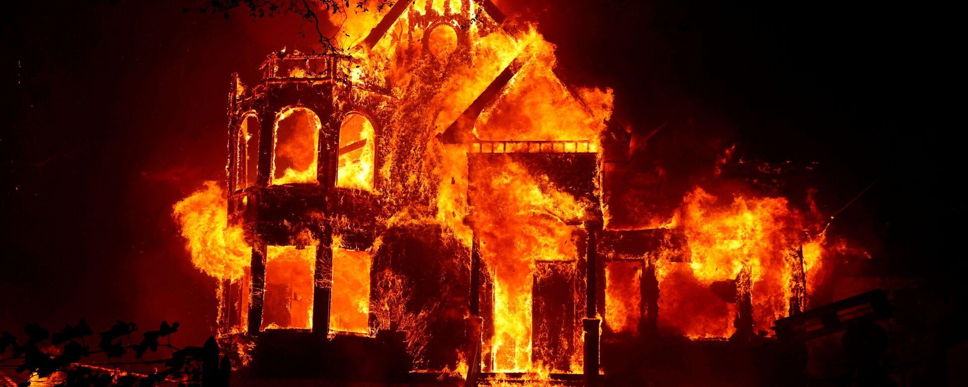 Горящий дом во время природных пожаров в Калифорнии  - Sputnik Italia, 1920, 10.08.2021